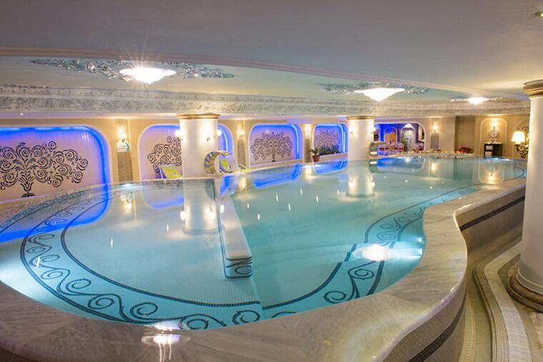 تصویری از استخر هتل قصر طلایی مشهد